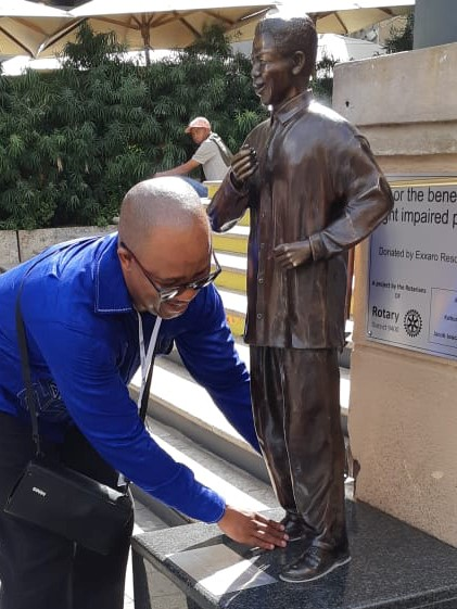 Person unveiling a statue of Madiba